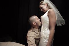 Bruidegom die de bruid likt royalty-vrije stock foto's
