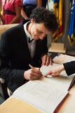 Bruidegom die documenten ondertekent Royalty-vrije Stock Fotografie