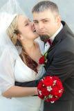 Bruidegom die door de bruid wordt verrast Royalty-vrije Stock Foto's