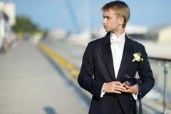 Bruidegom die een foto met een onmiddellijke camera nemen Royalty-vrije Stock Foto's