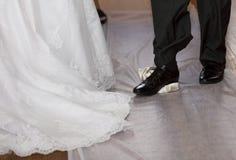 Bruidegom die een glas breken bij een Joods huwelijk stock fotografie