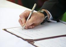 Bruidegom die Huwelijk Regester 2 ondertekent Royalty-vrije Stock Foto's