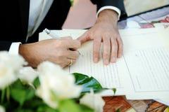 Bruidegom die huwelijkscontract ondertekenen Royalty-vrije Stock Afbeeldingen