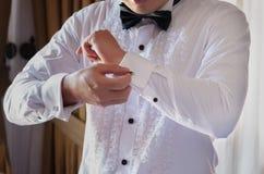 Bruidegom die klaar voor het huwelijk worden royalty-vrije stock afbeelding