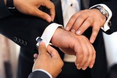 Bruidegom die klaar wordt Stock Afbeeldingen