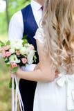 Bruidegom die met bruid dansen royalty-vrije stock afbeelding