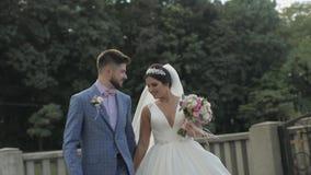 Bruidegom die met bruid loopt Het Paar van het huwelijk Gelukkige Familie Man en vrouw in liefde stock videobeelden