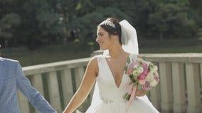 Bruidegom die met bruid loopt Het Paar van het huwelijk Gelukkige Familie Man en vrouw in liefde stock video