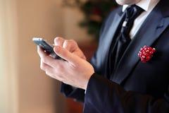 Bruidegom die mobiele telefoon met behulp van Royalty-vrije Stock Afbeelding