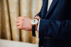 Bruidegom die modieuze horlogeband op zijn pols clasping Stock Afbeelding