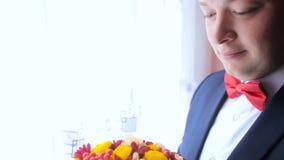 Bruidegom die op zijn bruid wachten stock video