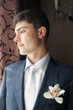 Bruidegom die over bruid denkt Royalty-vrije Stock Foto