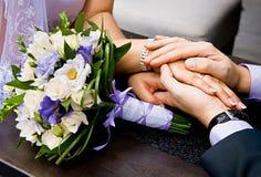 Bruidegom die zacht de hand van de bruid houden. NOTA: Huwelijk bouque Stock Fotografie