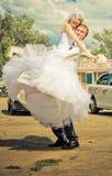 Bruidegom die zijn bruid houden Stock Foto