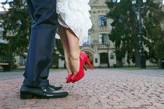 Bruidegom die zijn bruid opheft Stock Foto's