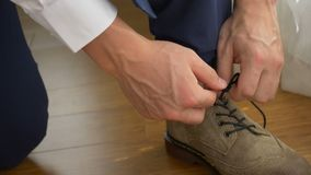 Bruidegom die zijn schoenen binden stock videobeelden