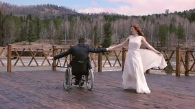 Bruidegom in een rolstoel die de eerste dans met de bruid dansen stock footage
