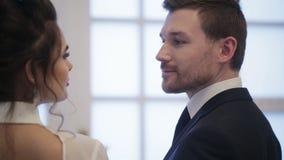 Bruidegom en bruid stock footage