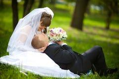 Bruidegom en bruid Royalty-vrije Stock Afbeeldingen