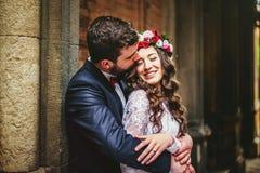 Bruidegom en bruid dichtbij de kolommen royalty-vrije stock afbeeldingen