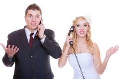 Bruidegom en bruid die aan elkaar roepen Stock Foto's