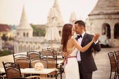 Bruidegom en bruid die in de stad dansen Stock Fotografie