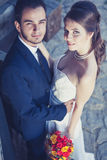 Bruidegom en bruid die met bouqouet omhoog kijken Stock Foto