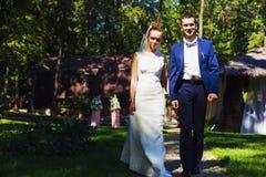 Bruidegom en bruid die op weg lopen Royalty-vrije Stock Afbeelding