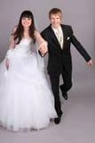 Bruidegom en bruid die in studio in werking wordt gesteld Royalty-vrije Stock Foto