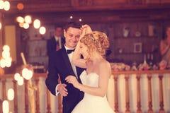 Bruidegom en bruid het dansen Stock Foto