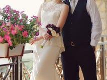 Bruidegom en bruid met boeket Stock Afbeeldingen