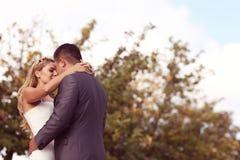 Bruidegom en bruid openlucht stellen Stock Fotografie