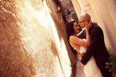 Bruidegom en bruid tegen een muur met schakelnet stock afbeelding