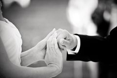 Bruidegom en Bruidgreephanden bij een huwelijk stock foto