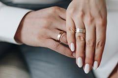 Bruidegom en en bruidhanden met ringen Stock Foto's
