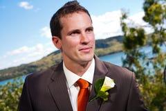 Bruidegom en corsage met blauw erachter water Royalty-vrije Stock Foto's