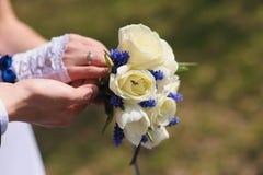 Bruidegom en de bruid met een boeket van rozen stock afbeelding