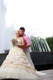 Bruidegom en de bruid tegen een fontein. Stock Foto's