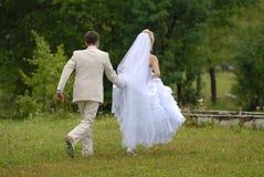Bruidegom en de bruid tijdens gang in park. royalty-vrije stock fotografie