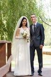 Bruidegom en de bruidkosten op de houten brug Stock Afbeelding