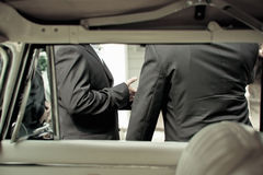 Bruidegom en getuige en limousine stock fotografie
