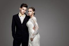 Bruidegom in gele vlinderdas met bruid, studio Stock Afbeeldingen