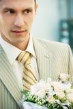 Bruidegom met bloemen royalty-vrije stock foto