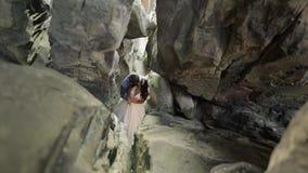 Bruidegom met bruid die zich in hol van bergheuvels bevinden Het paar van het huwelijk in liefde stock videobeelden