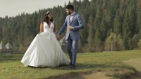 Bruidegom met bruid in het park Het Paar van het huwelijk Gelukkige familie in liefde stock footage