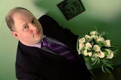 Bruidegom met huwelijksboeket Stock Foto