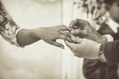 Bruidegom Put de Trouwring aan Zijn Bruid in de Huwelijksceremonie Het Beeld van de Vintgaestijl met Toegevoegde Aanwinst royalty-vrije stock foto's