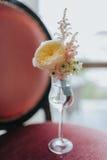 Bruidegom` s oranje bloesem met roos en wilde bloemen Stock Foto