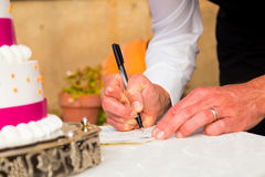 Bruidegom Signing Marriage Certificate Stock Afbeeldingen