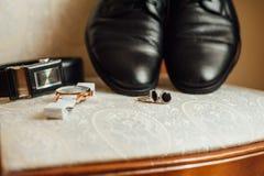 Bruidegom vastgestelde kleren Horloge, schoenen, vlinderdas Royalty-vrije Stock Afbeeldingen